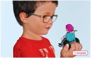 Niño con Emily en el Catálogo de Imaginarium