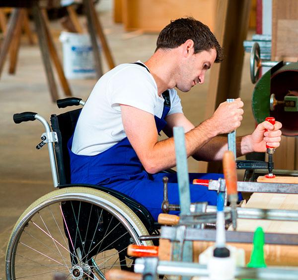 Persona con discapacidad en un taller